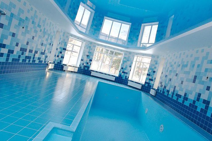 выбор красивого потолка для бассейна